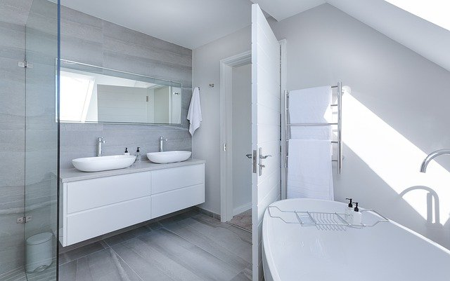 Najlepsze alternatywy dla płytek w łazience